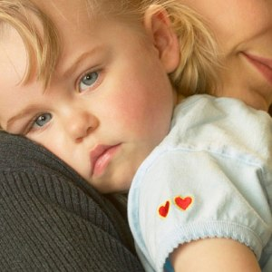 mom-holding-sick-toddler-girl-photo-420x420-ts-87634166
